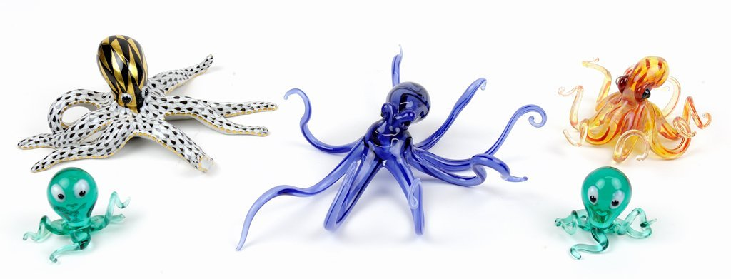 A HEREND PORCELAIN OCTOPUS FIGURE AND FOUR STUDIO GLASS