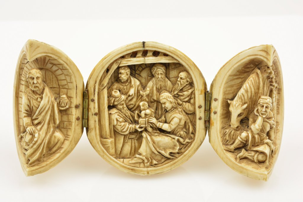 A CONTINENTAL CARVED IVORY ROSARY BEAD