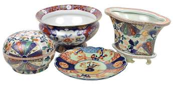 FOUR DECORATIVE IMARI STYLE PORCELAIN ARTICLES