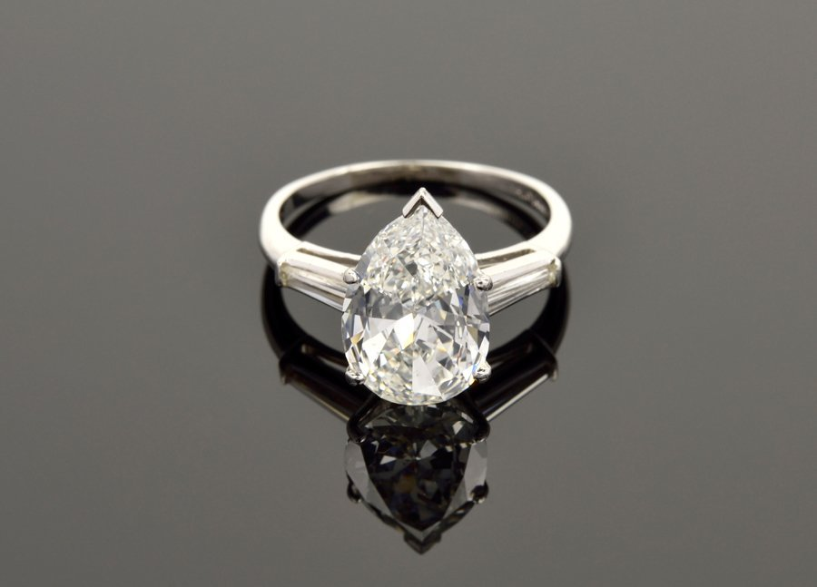 A PEAR-SHAPED DIAMOND RING IN 14 KARAT WHITE GOLD WITH