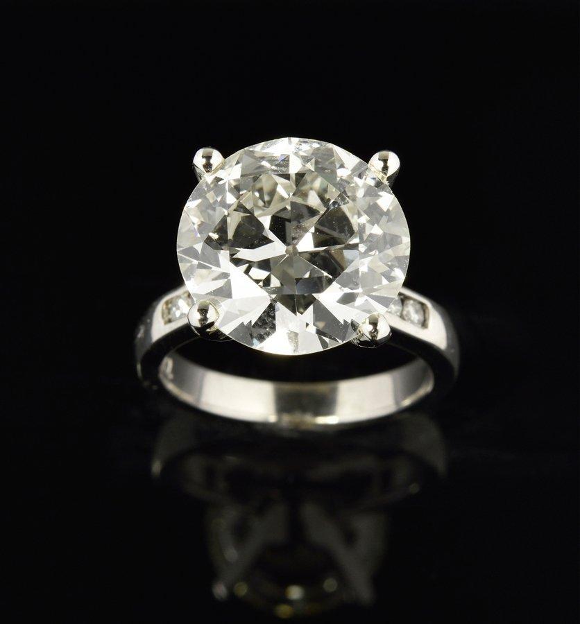 AN 8.14 CARAT ROUND BRILLIANT CUT DIAMOND RING SET IN