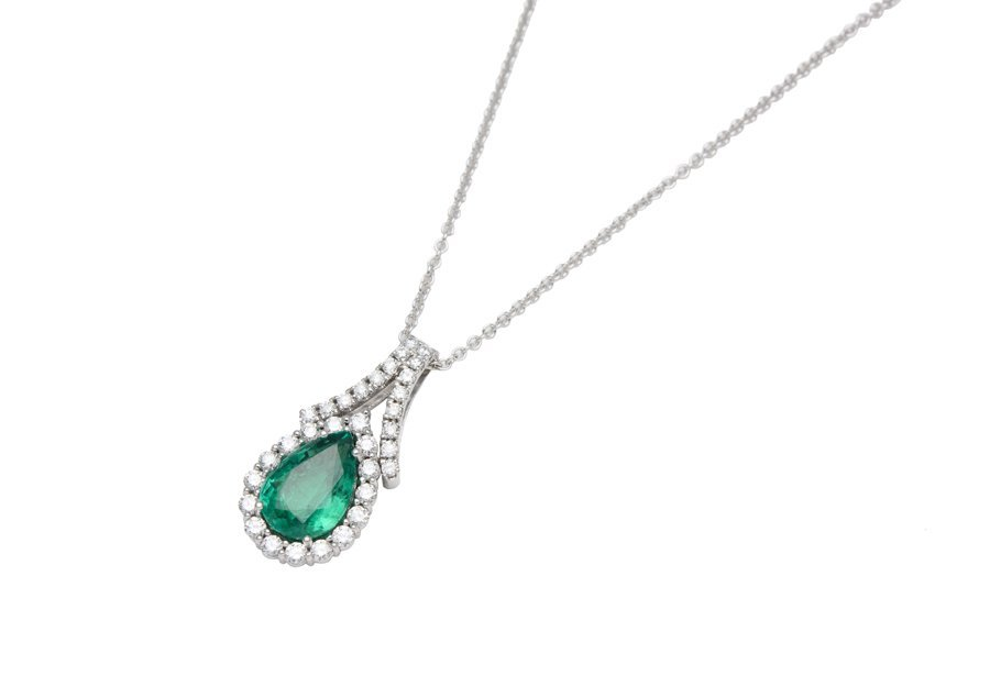AN EMERALD AND DIAMOND PENDANT WITH CHAIN