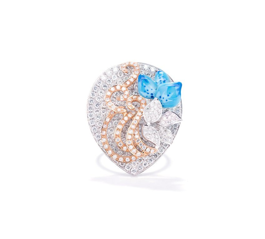A LARGE DIAMOND RING WITH ENAMEL ACCENTS