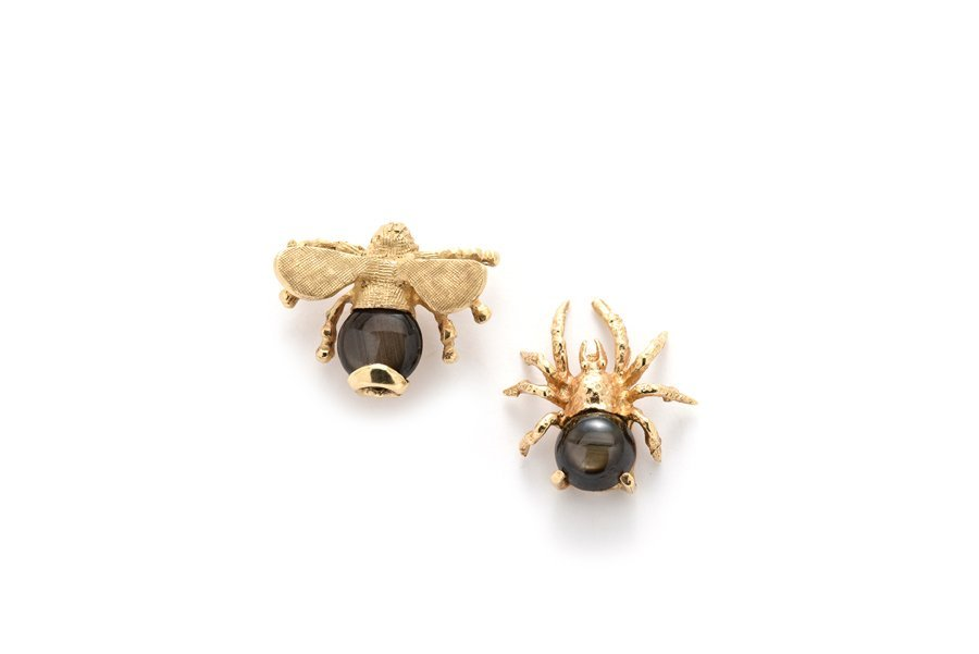 A SET OF 14K YELLOW GOLD BLACK STAR SAPPHIRE SPIDER AND