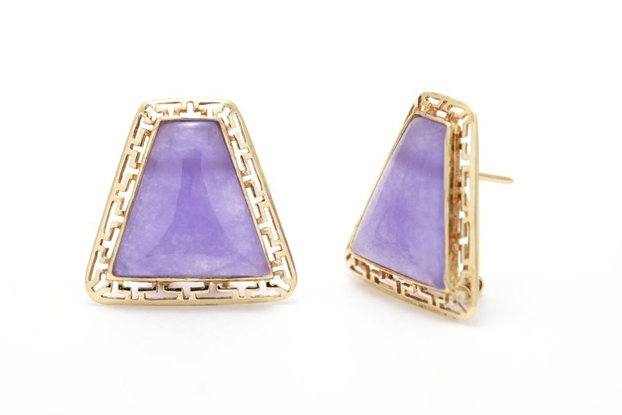 A PAIR OF 14K YELLOW GOLD PURPLE JADE OPENWORK EARRINGS