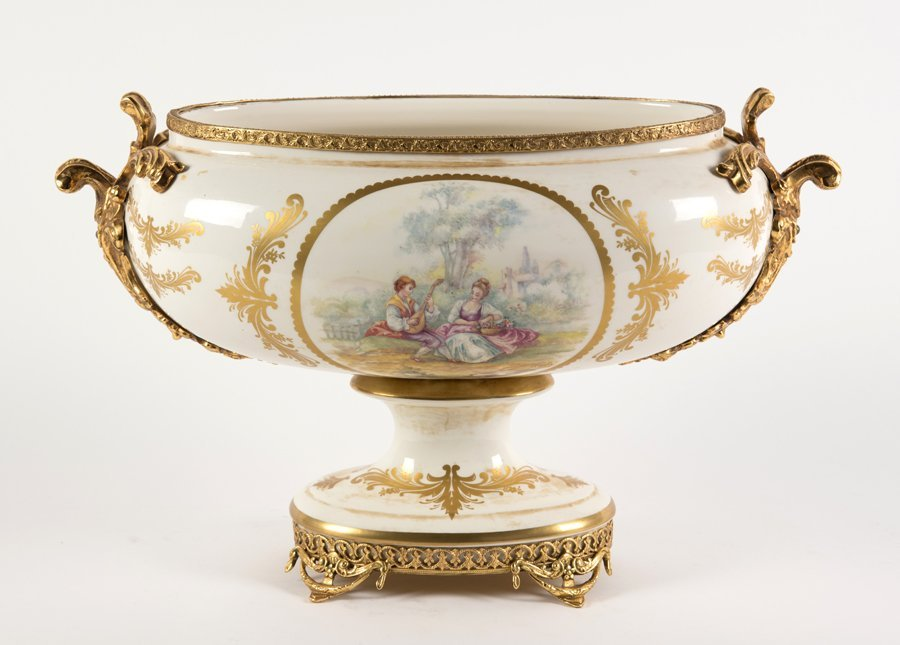 A CONTINENTAL STYLE PORCELAIN GARNITURE - 2
