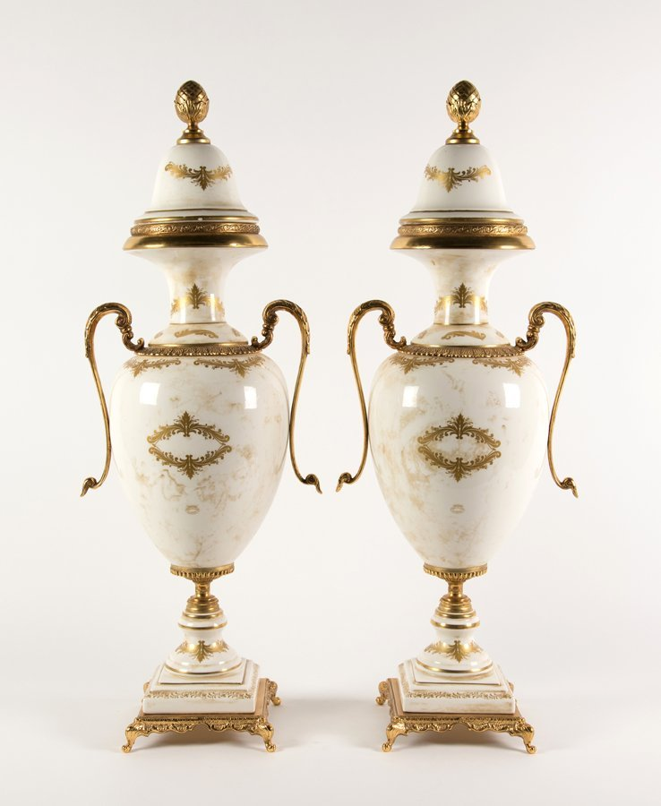 A CONTINENTAL STYLE PORCELAIN GARNITURE - 3
