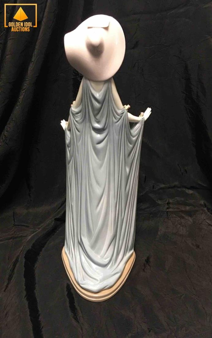 Lladro lady figurine with dress and hat. - 2