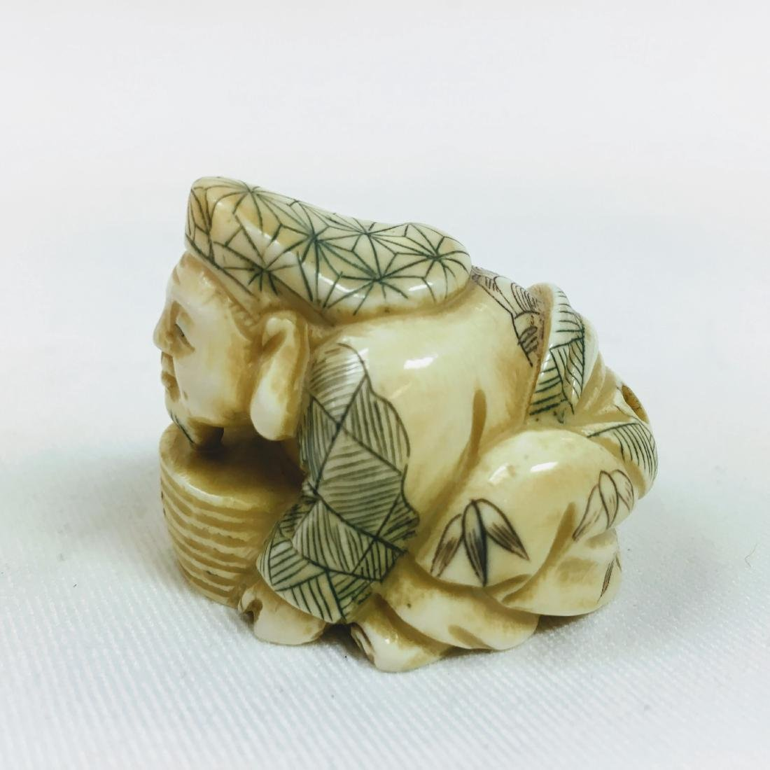 19th century Netsuke man crouching, signed - 2