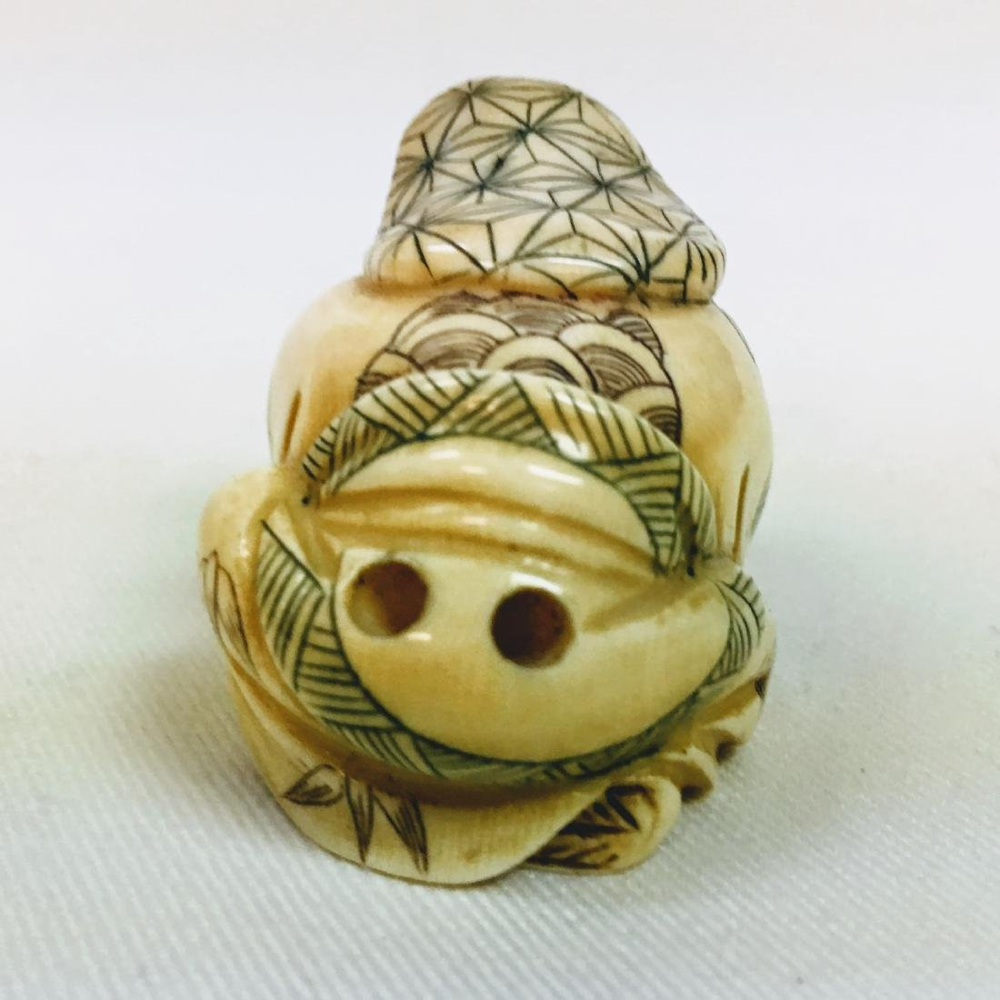 19th century Netsuke man crouching, signed - 3