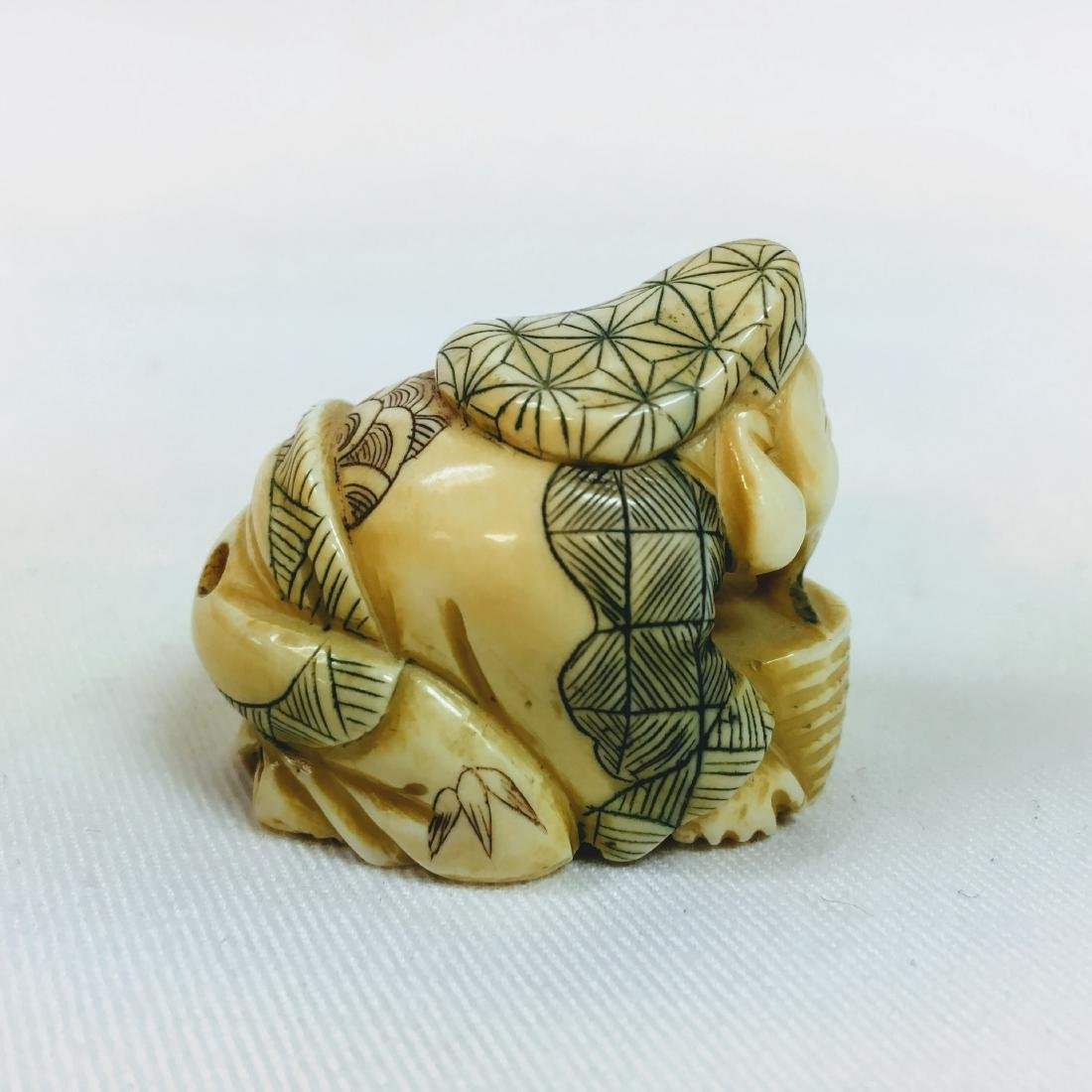 19th century Netsuke man crouching, signed - 4