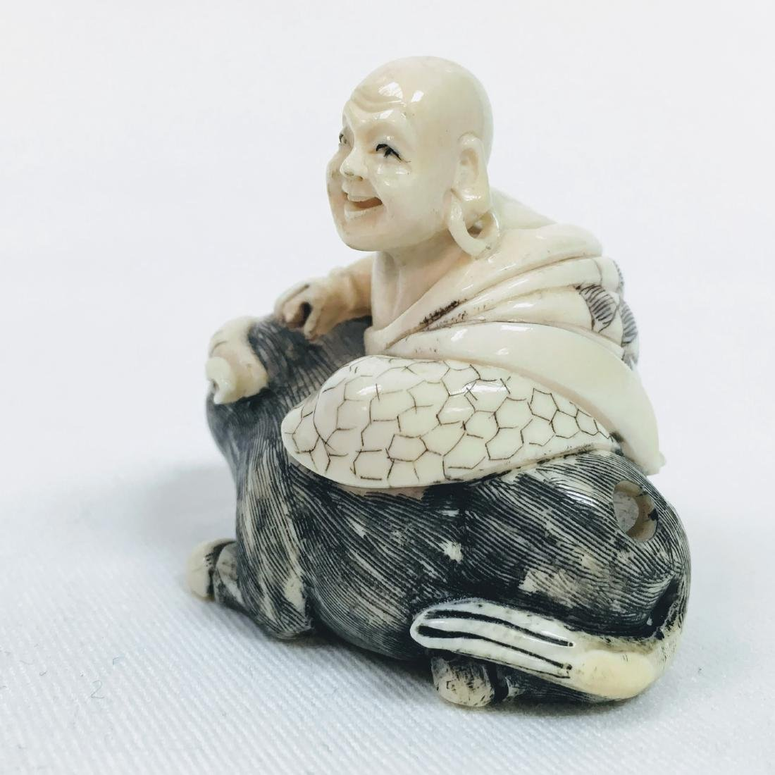 19th Century Netsuke man with mean Ox Signed Gyoku Shi - 4