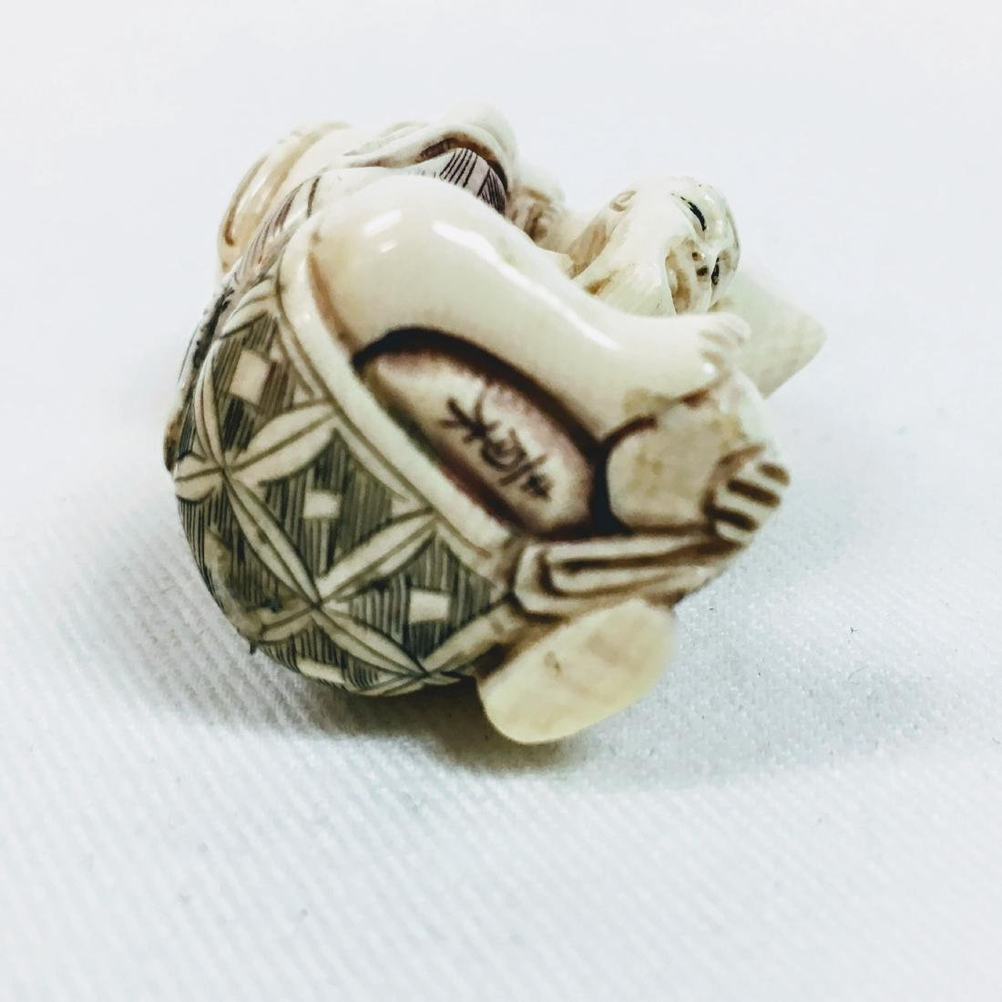 19th Century Netsuke man carrying a sack, signed - 6