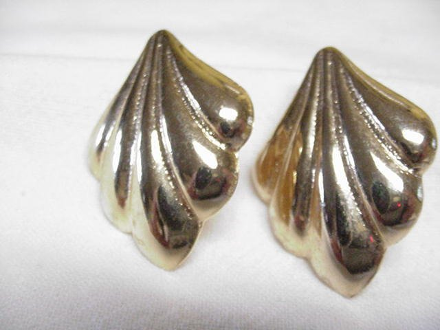 Vintage Gold-Tone Leaf Design Pierced Earrings.