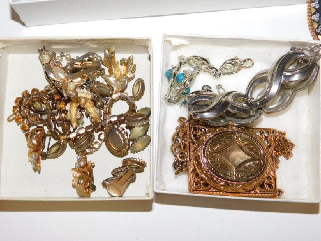 LOT OF VINTAGE COSTUME JEWELRY - 4