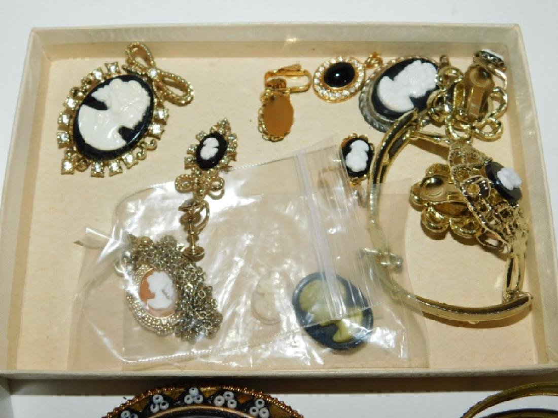 LOT OF VINTAGE COSTUME JEWELRY - 5