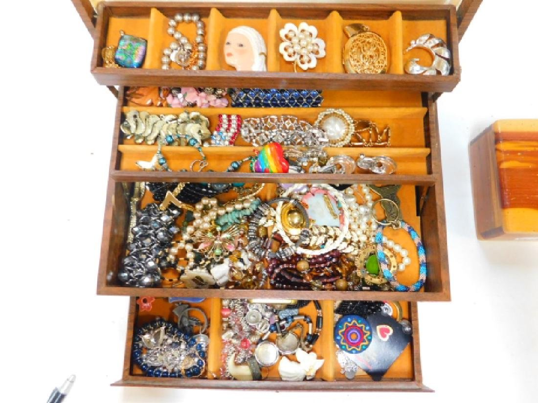 COSTUME JEWELRY WITH BOX