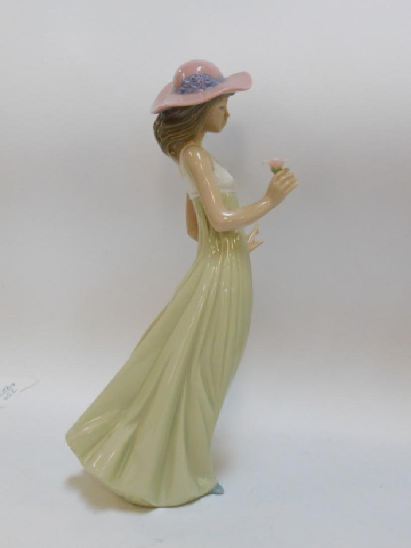 LLADRO, WOMAN IN HAT HOLDING FLOWER - 3