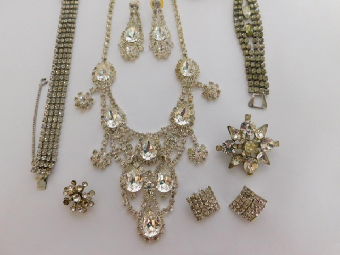 COLLECTION OF VINTAGE COSTUME JEWELRY - 3