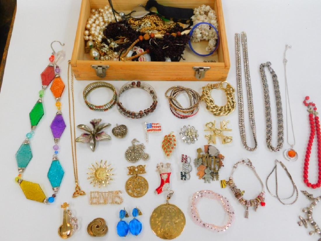 COSTUME JEWELRY WITH WOODEN BOX.