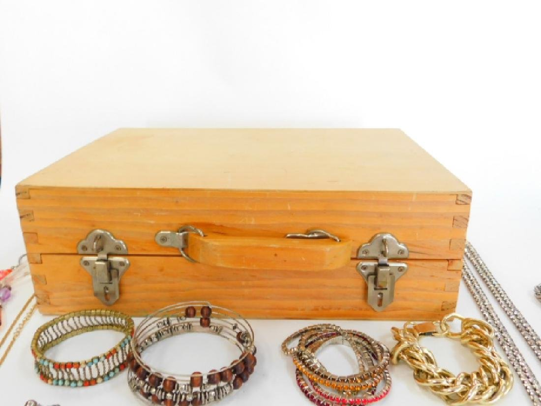 COSTUME JEWELRY WITH WOODEN BOX. - 8