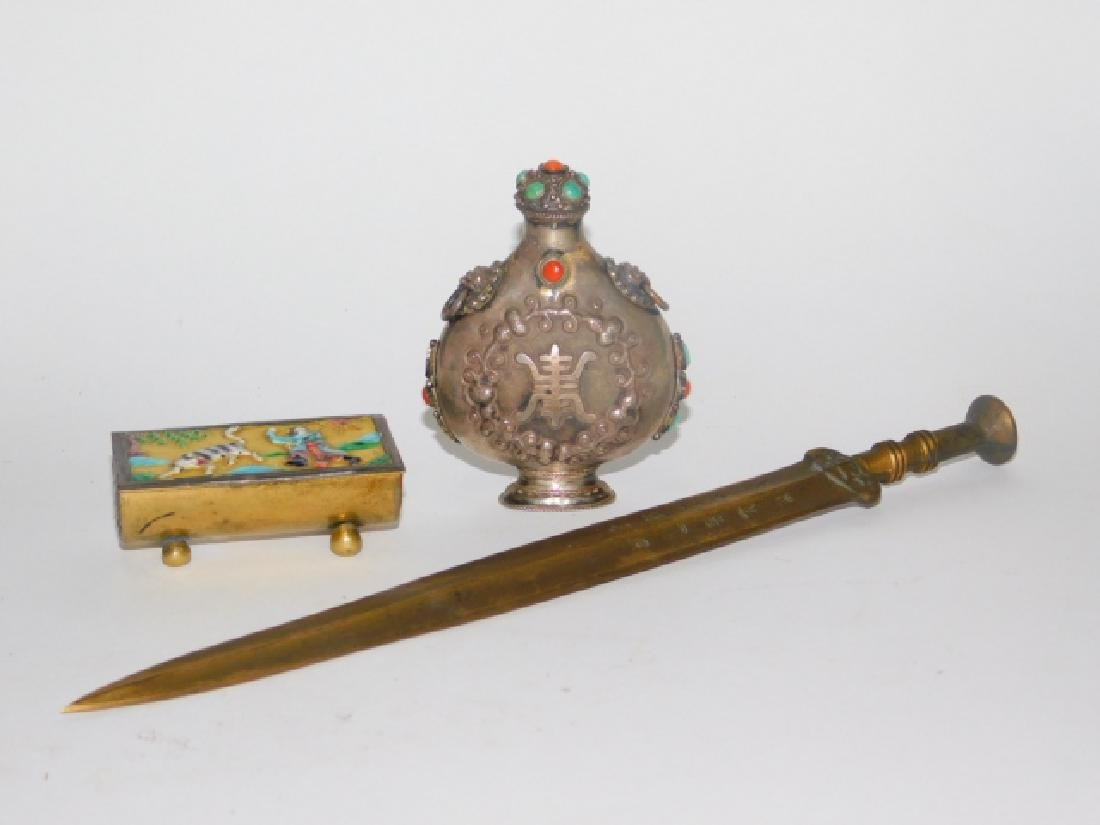 CHINESE SNUFF BOTTLE, TRINKET BOX, AND KNIFE