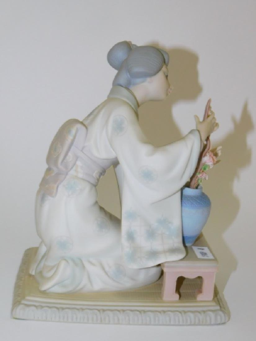 LLADRO, JAPANESE WOMAN WITH FLOWERS - 4