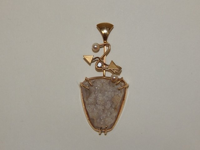 GOLD PENDANT WITH STONE