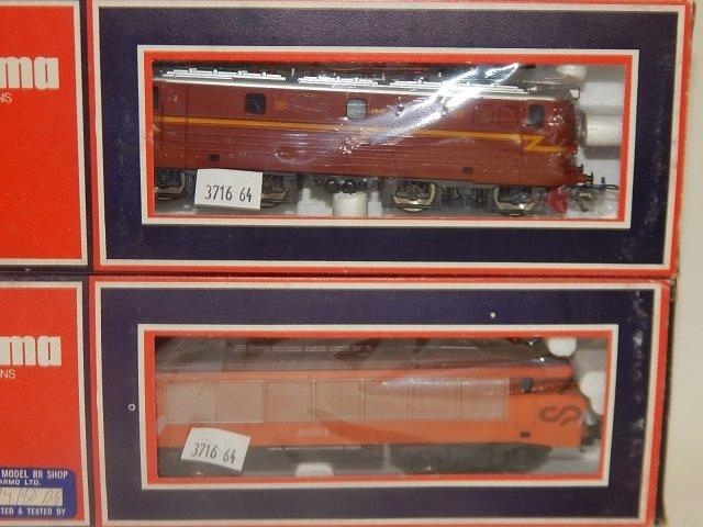 5 LIMA HO TRAIN CARS - 2