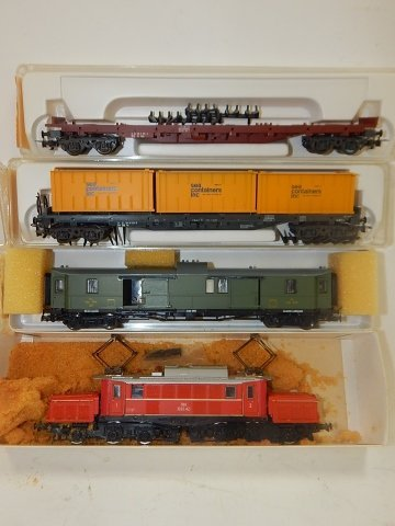 5 LILPUT HO SCALE TRAIN CARS