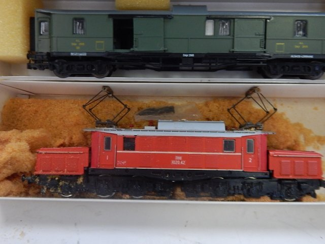5 LILPUT HO SCALE TRAIN CARS - 2