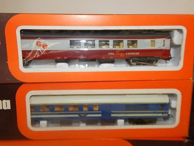 EIGHT LIMA HO SCALE TRAIN CARS - 2