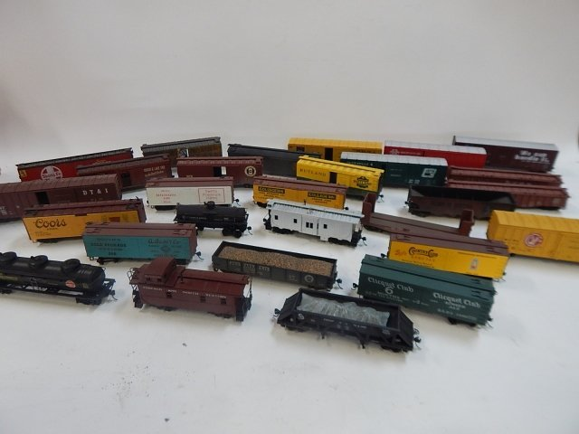 LARGE LOT OF HO SCALE TRAIN CARS