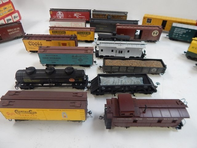 LARGE LOT OF HO SCALE TRAIN CARS - 2