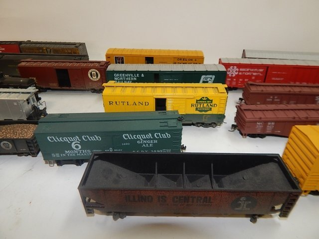 LARGE LOT OF HO SCALE TRAIN CARS - 3