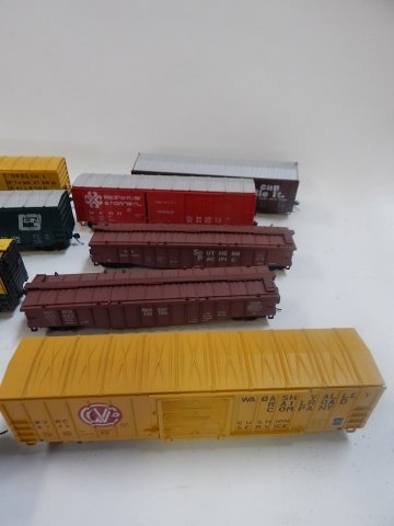 LARGE LOT OF HO SCALE TRAIN CARS - 4