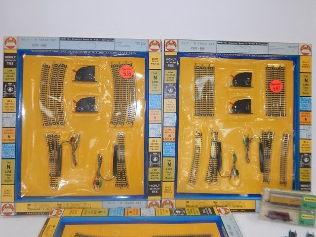 AHM N SCALE TRAIN CAR AND TRACK SETS - 3