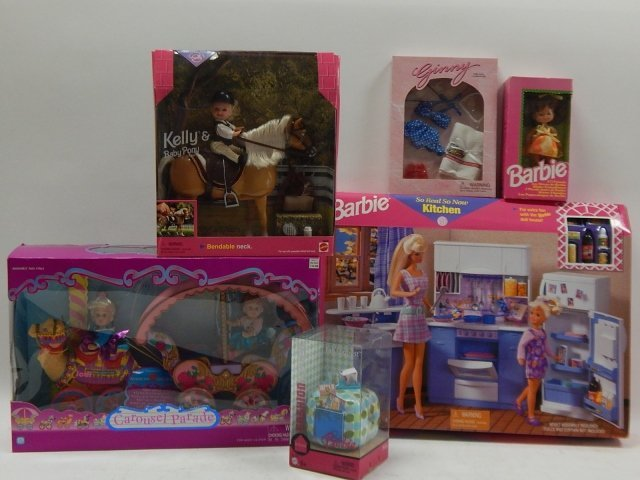 6 PIECES BARBIES AND ACCESSORIES
