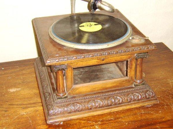620: VICTROLA- VICTORIAN OAK TABLE MODEL