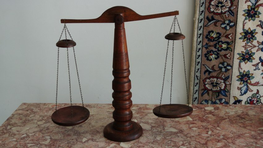 Decoretive scale of Justis  wooden scale