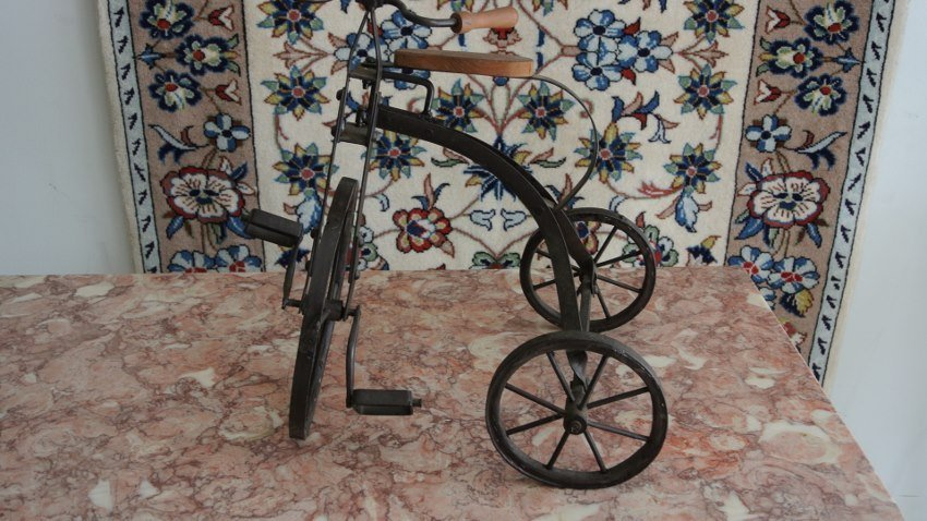 Decoretive metal statue of tricycle