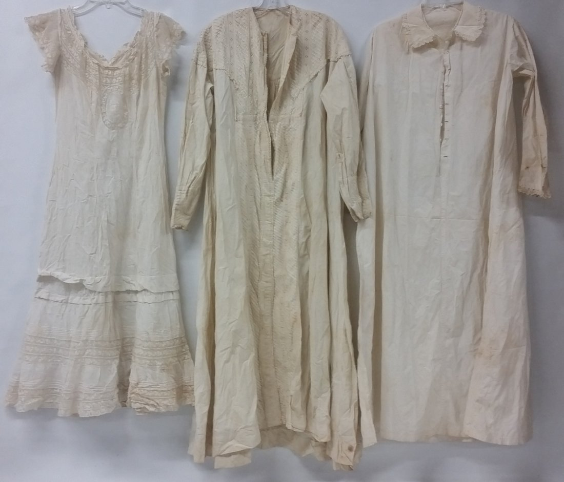 Lot of three (3) Victorian night gowns, Dressing gowns - 2