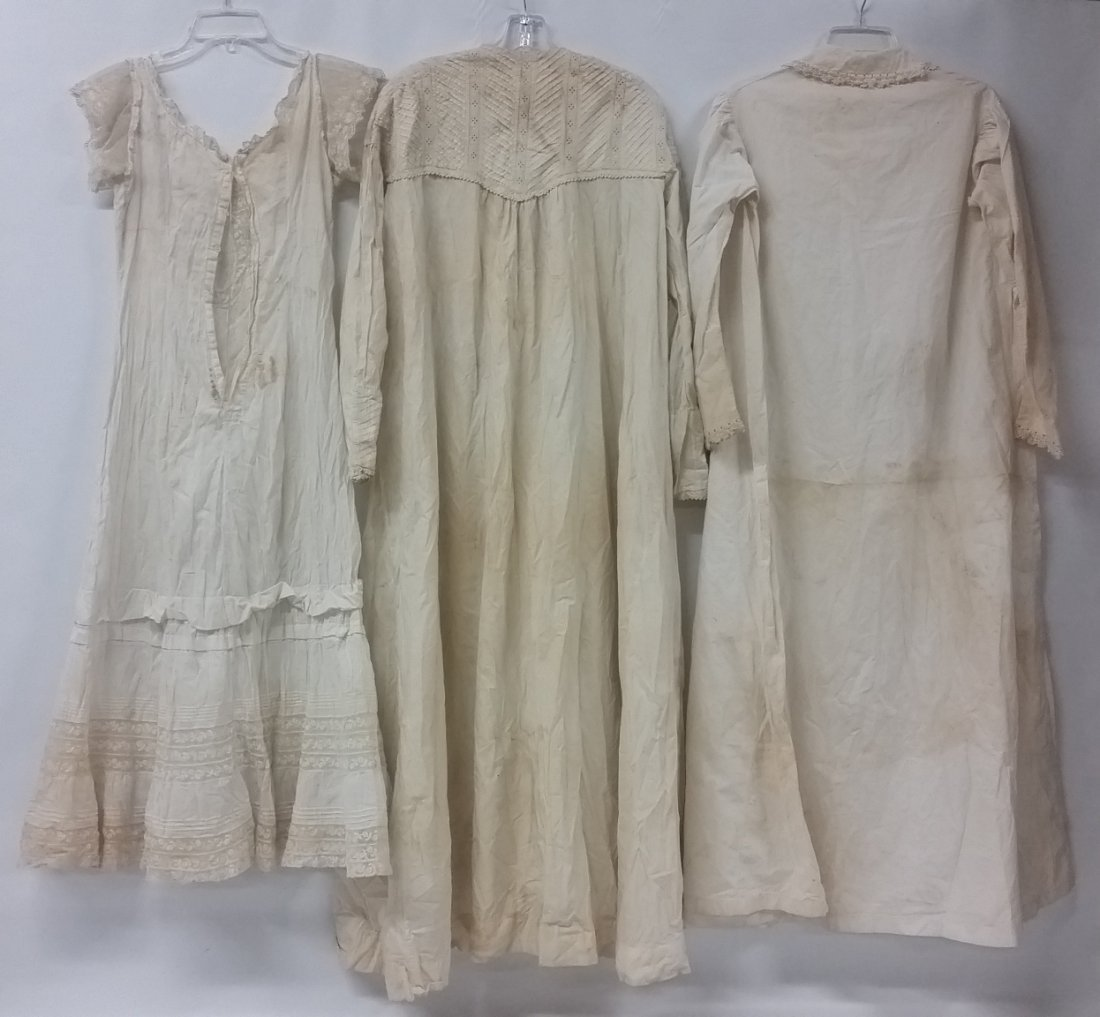 Lot of three (3) Victorian night gowns, Dressing gowns - 3