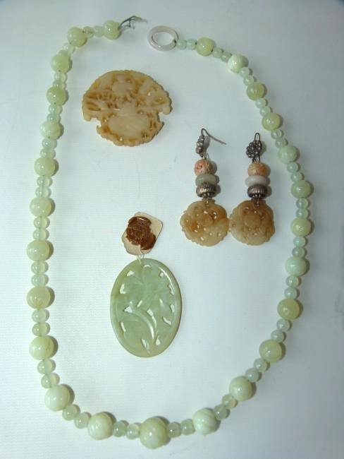 4 CHINESE JADE NECKLACE/EARRINGS, (2) PENDANTS