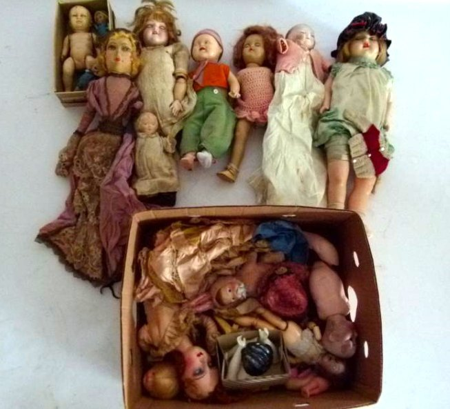 LOT ASSORTED VINTAGE DOLLS/CLOTHING