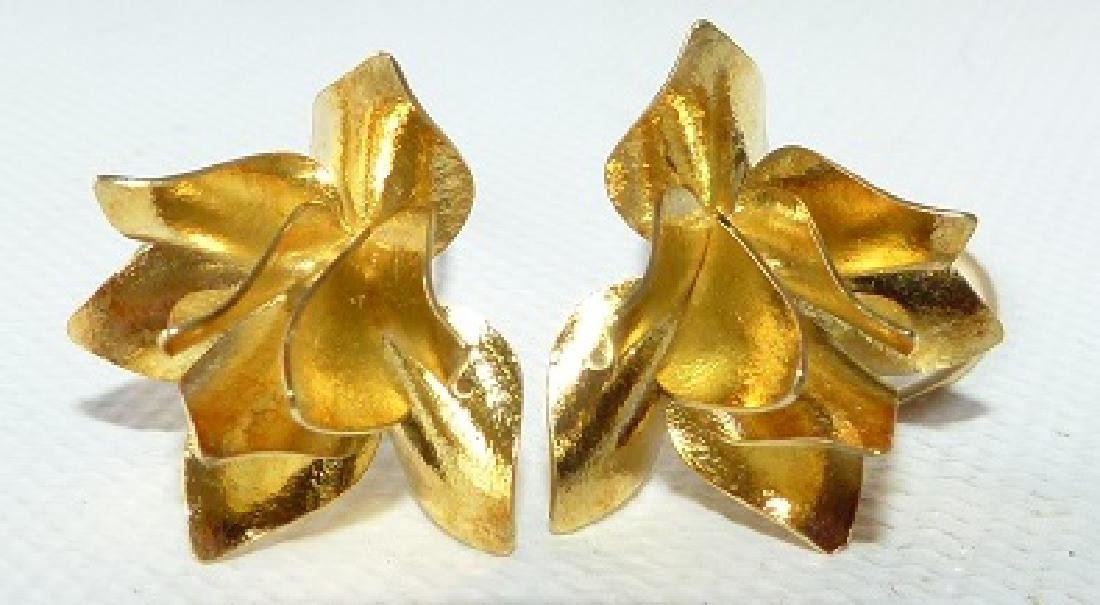 PAIR MODERN 18KT YELLOW GOLD FLORAL EARRINGS - 3