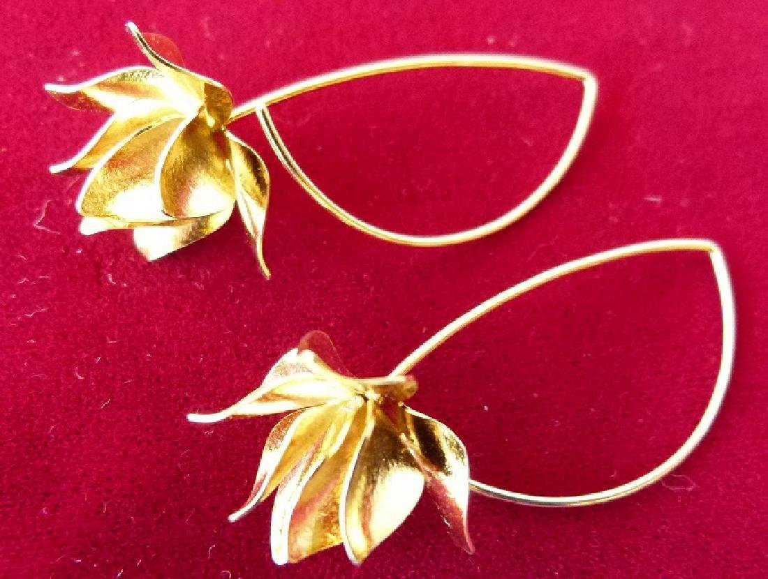 PAIR MODERN 18KT YELLOW GOLD FLORAL EARRINGS - 4