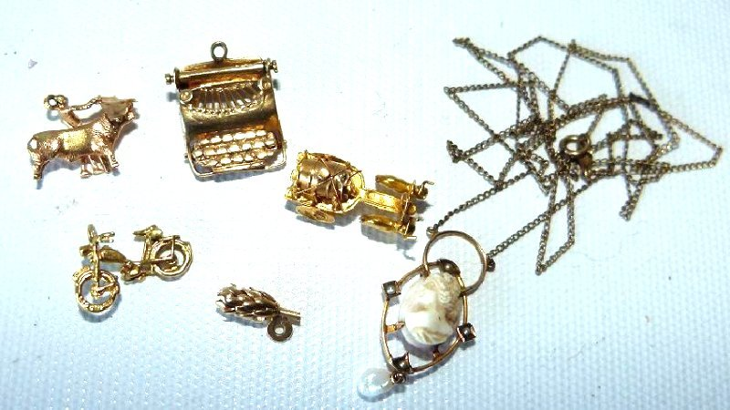 LOT ASSORTED 14-20KT YELLOW GOLD CHARMS/NECKLACE