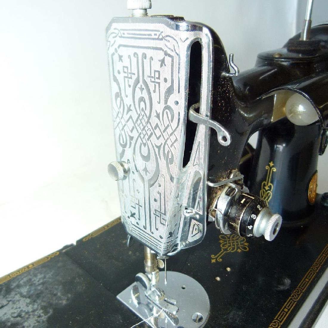 SINGER FEATHER LIGHT SEWING MACHINE - 3