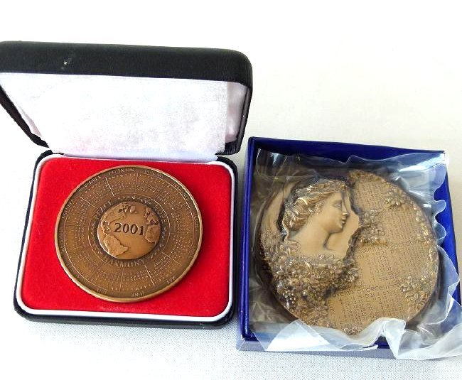 2 BRONZE MEDALLIONS INCL. FRENCH/US FRANKLIN MINT